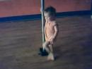 маленькая девочка танцует стриптиз